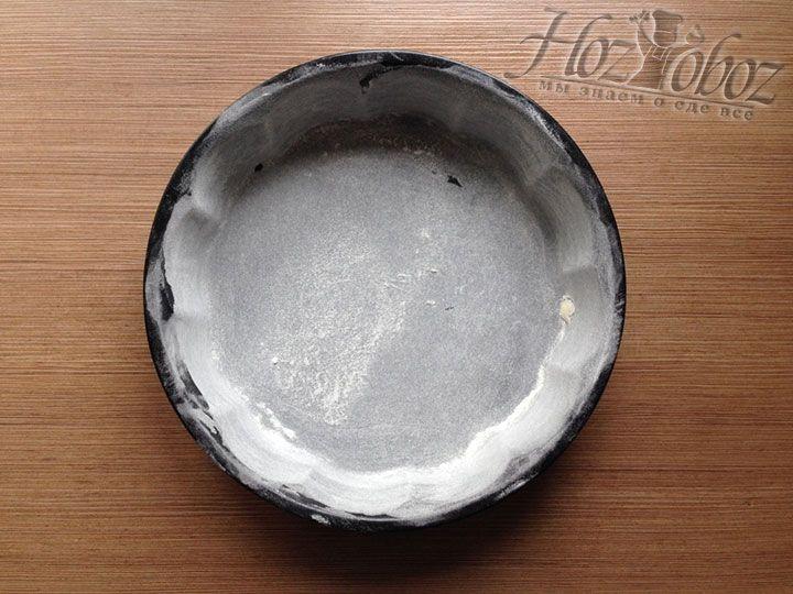 Форму для выпечки пирога непременно смажем маслом и посыпем мукой