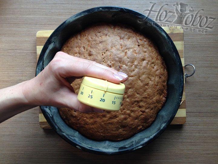 Пирог вынем из формы только через 20 минут после окончания приготовления, а завершим остужать на решетке