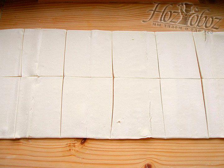 Разморозим за 30-40 минут слоенное тесто, а потом разделим его на 12 или больше равных треугольников