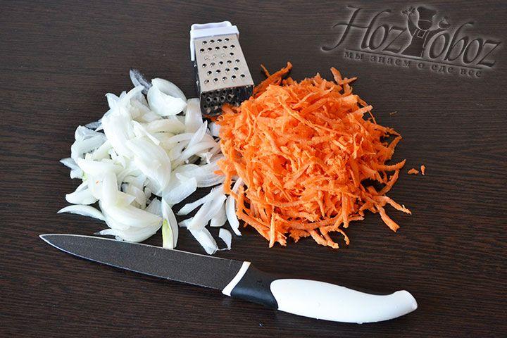 Для заправки чистим и нарезаем лук, а также натираем на терке морковь