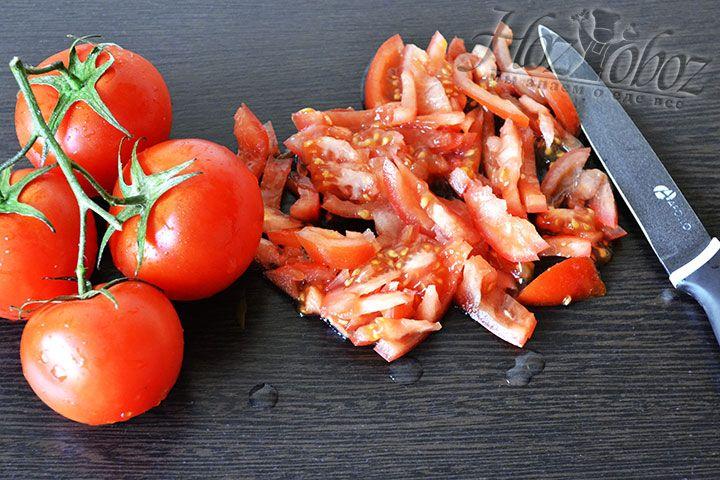 Теперь нарежем кусочками помидоры с кожурой