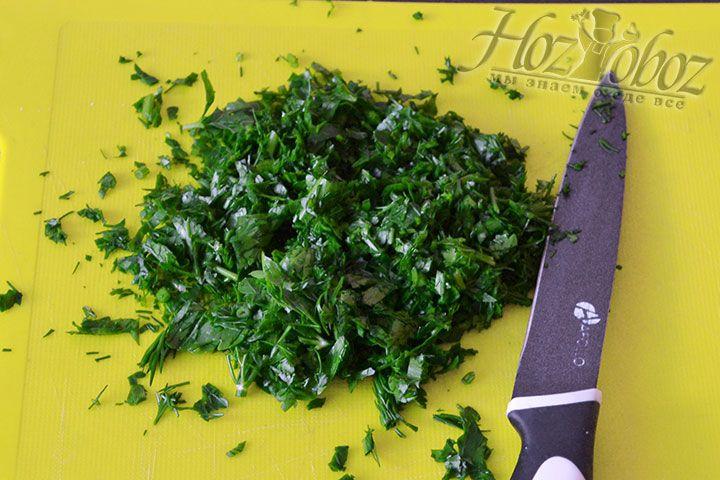 Нарезаем вымытую свежую зелень