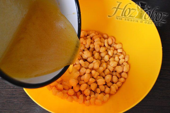 Готовым сиропом заливаем шарики из теста