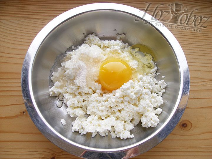 Разбиваем в начинку одно яйцо