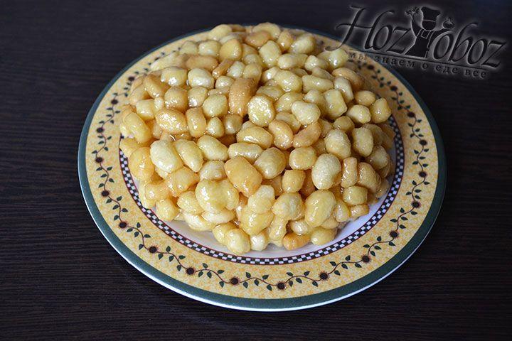 Руки споласкиваем холодной водой и формируем из сладких шариков горку или тортик