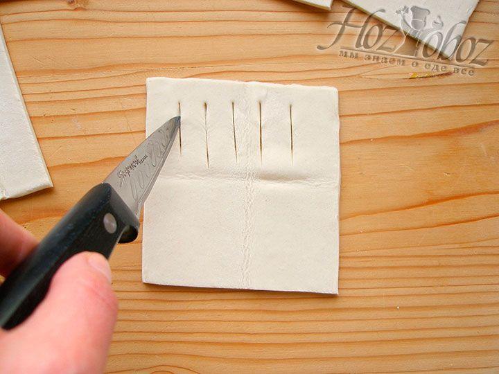 Зрительно разделим прямоугольники на две части и в одной из них сделаем посредине небольшие надрезы