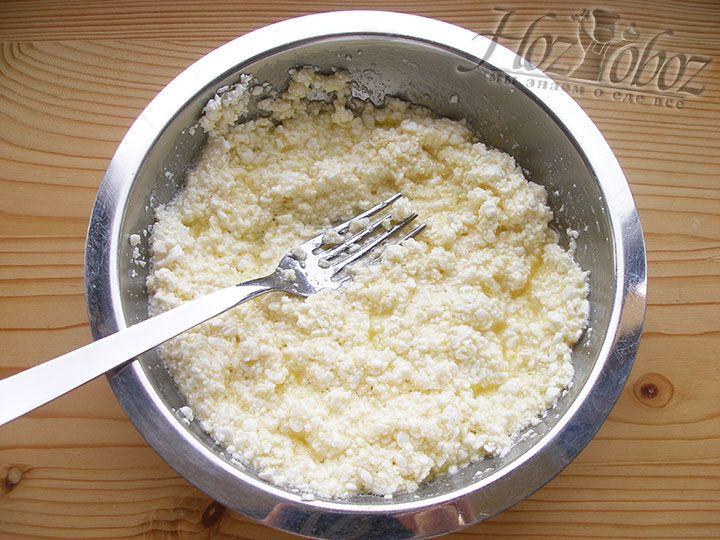 Из всех упомянутых выше компонентов готовим вкусную творожную начинку