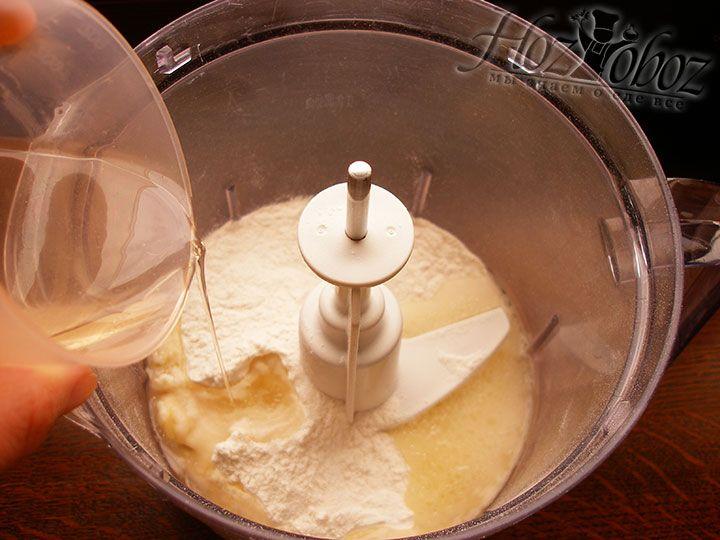 Отдельно смешаем с кипятком растительное масло. Кстати в горячей воде можно предварительно растворить сахар и соль, а затем маслянную жидкость добавить к муке