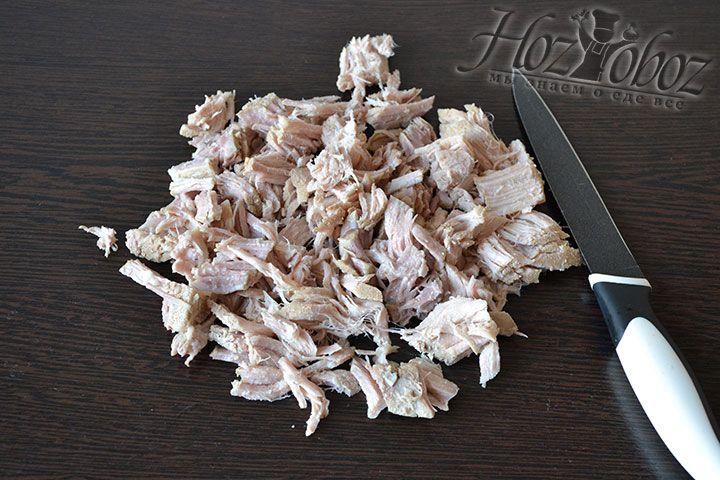 Отварное мясо из бульона освобождаем от косточки и нарезаем кусочками - его мы снова используем позднее