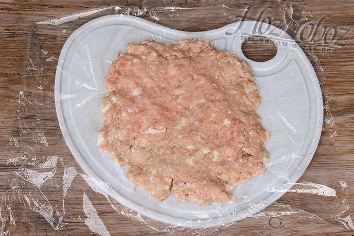Хорошенько отбиваем фарш ладошкой и формируем круг диаметром с выбранную для приготовления бризоля сковороду. Имейте в виду: чем меньше диаметр сковороды, тем пышнее и толще бризоль