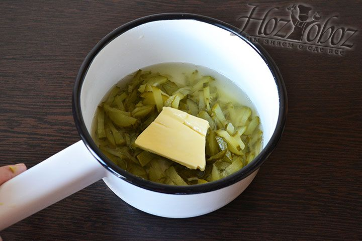Помещаем огурцы в ковшик, заливаем рассолом или водой, добавляем немного сливочного масла и протушиваем до мягкости