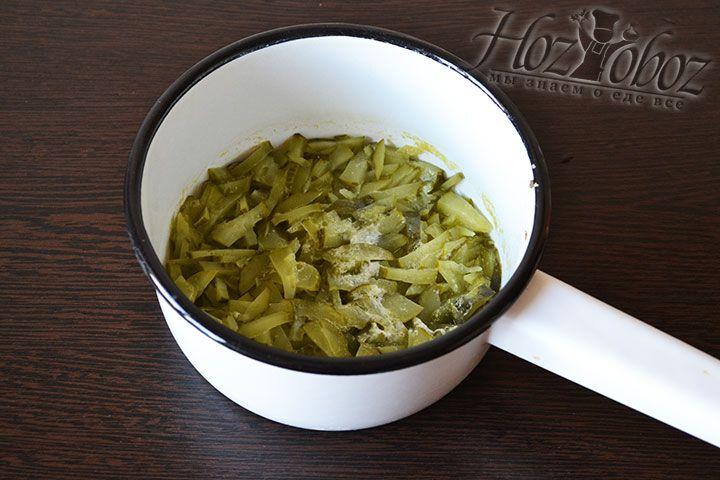 Как только жидкость из огурцов испарится, переместим огурцы в кастрюлю с процеженным бульоном
