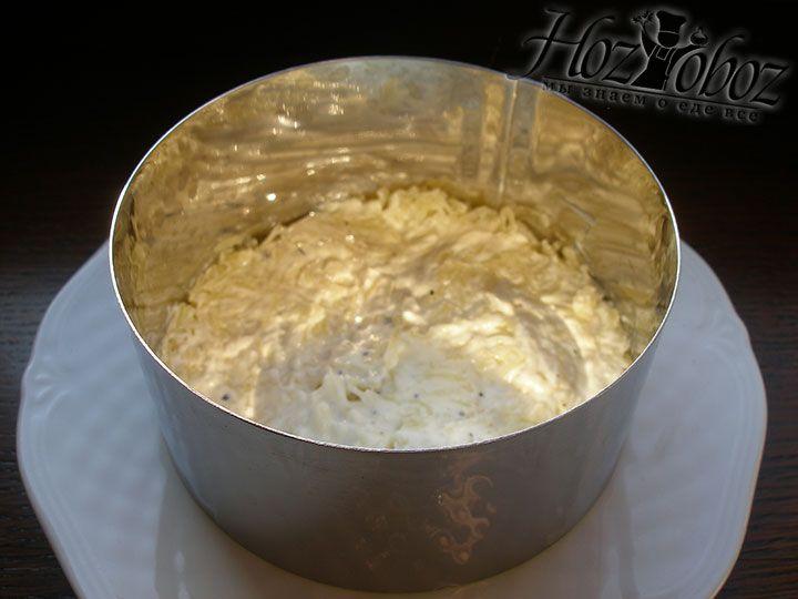 Картошку солим и перчим, а затем перемазываем майонезом