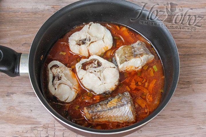 Кипятим соус и кладем в него отварную рыбу и тушим не менее 10 минут
