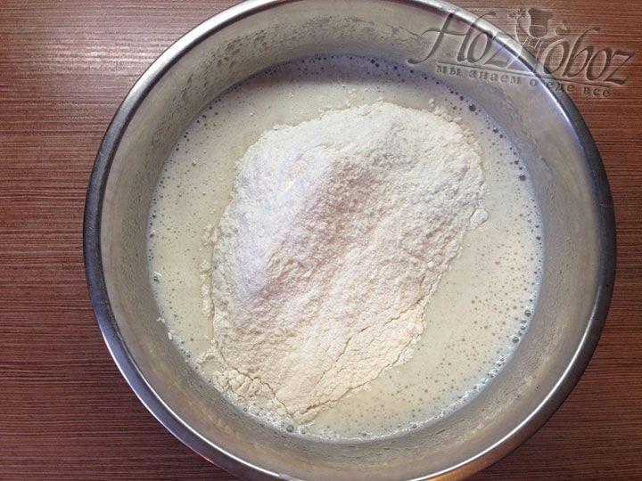 Когда избавите тесто от комков добавьте остальную муку с сопутствующими продуктами