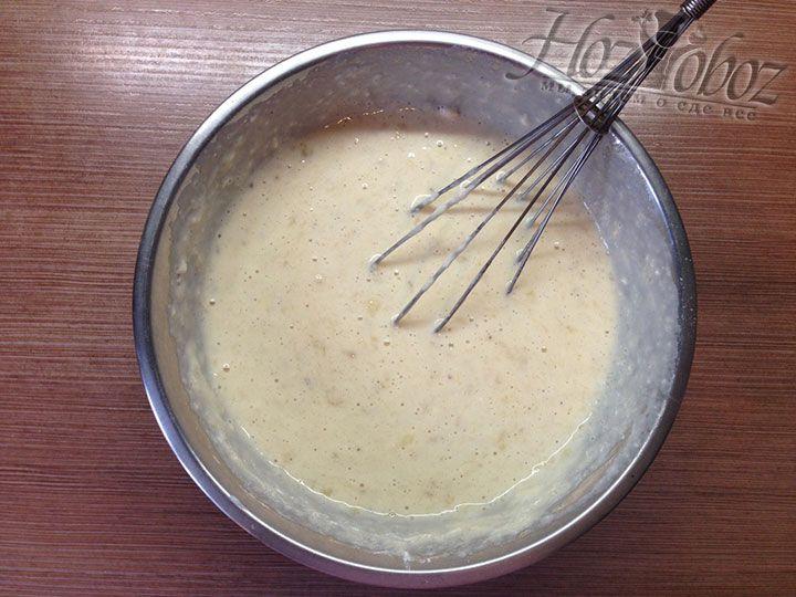 Превращаем тесто в однородную массу тщательно его вымешивая