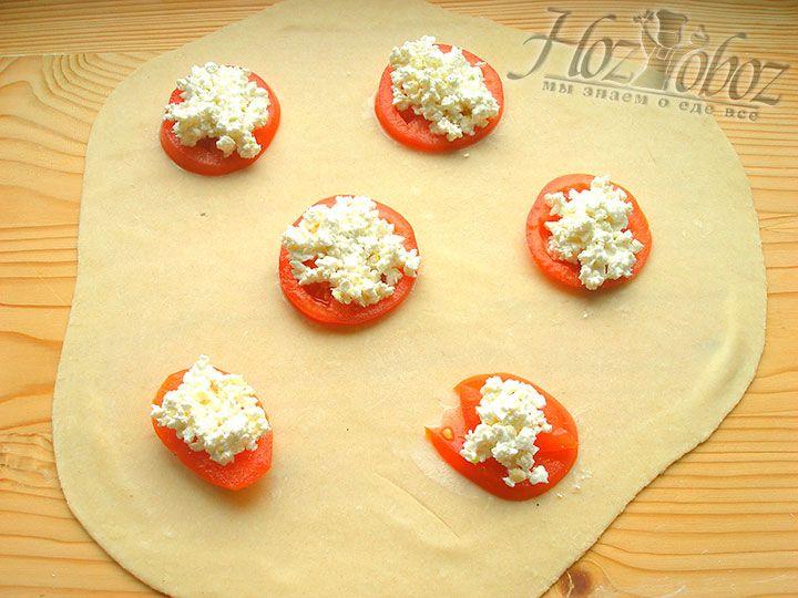 На каждый томатный круг помещаем по 1 чайной ложке творожной начинки