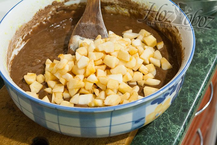 Яблоки моем, чистим и нарезаем кубиками среднего размера после чего высыпаем в тесто