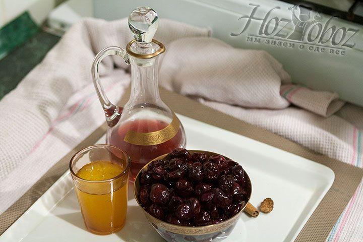 Моем и очищаем от косточек свежие или размораживаем заготовленные на зиму ягоды. Хорошо бы оставить и пару косточек, он пригодятся для придания соусу особого горьковатого аромата