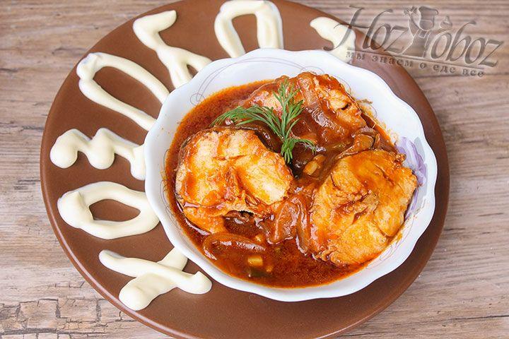 Для подачи выкладываем на тарелку пару кусочков рыбы и поливаем ее соусом. Подавать лучше всего со свежей зеленью и ароматным хлебом. А вот в качестве гарнира к такой рыбке незаменимым будет рис или картофельное пюре