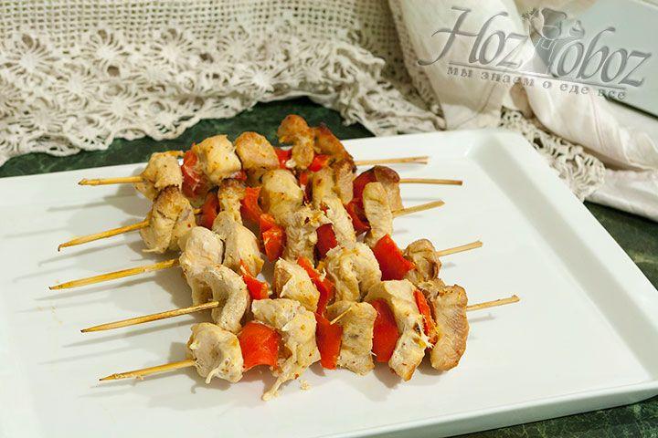 Готовое мясо с перцем выкладываем на тарелку и горячим подаем к столу вместе со свежей зеленью и любимым соусом. Пальчики оближешь!