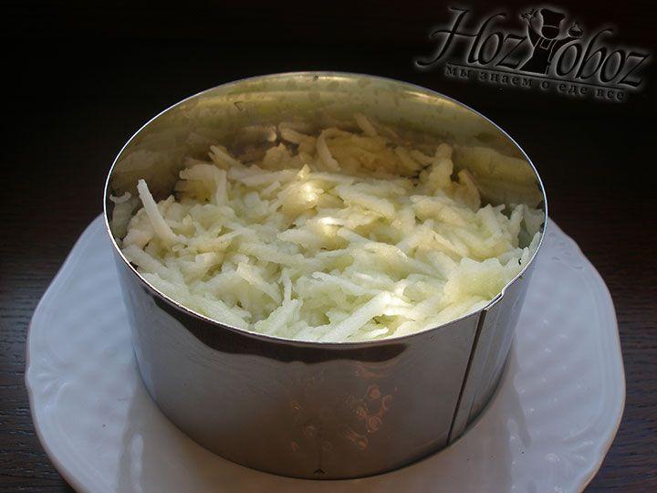 Чистим и натираем кисловатое яблоко, которое затем перчим его и сбрызгиваем лимонным соком. Яблоко станет очередным слоем нашего салата