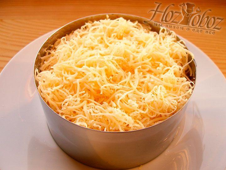 Выкладываем в кольцо последний слой салата - сырный