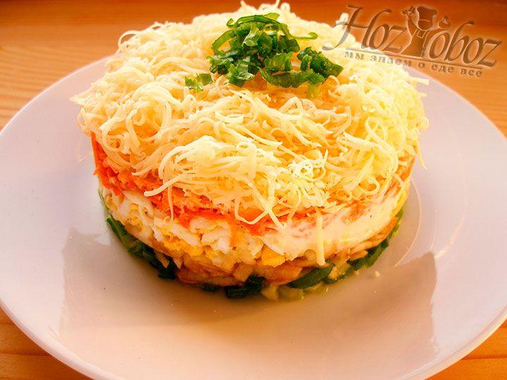 Теперь аккуратно снимаем кольцо и посыпаем салат нарезанным зеленым луком