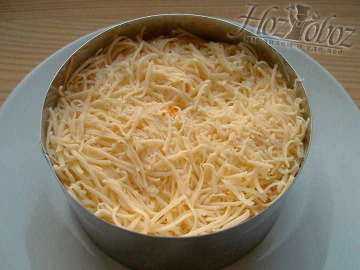 Далее в формовочное кольцо помещаем слой натертого сыра