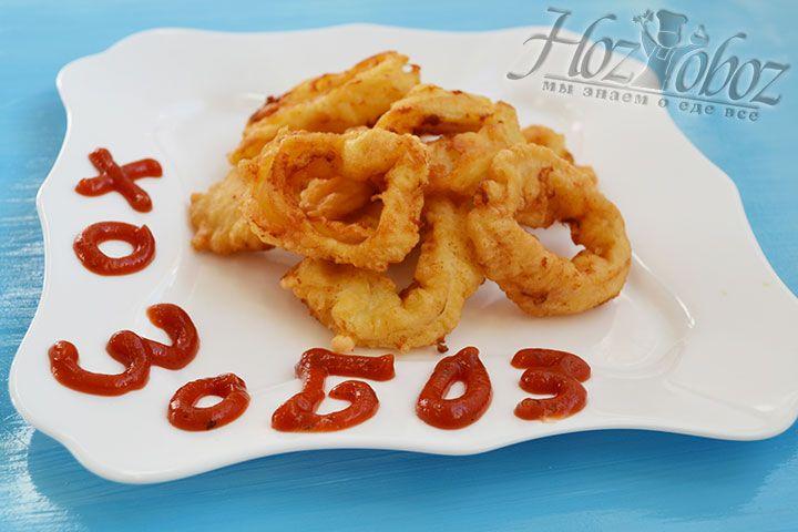 Готовые жаренные кальмары раскладываем на тарелки и приправляем любимым соусом