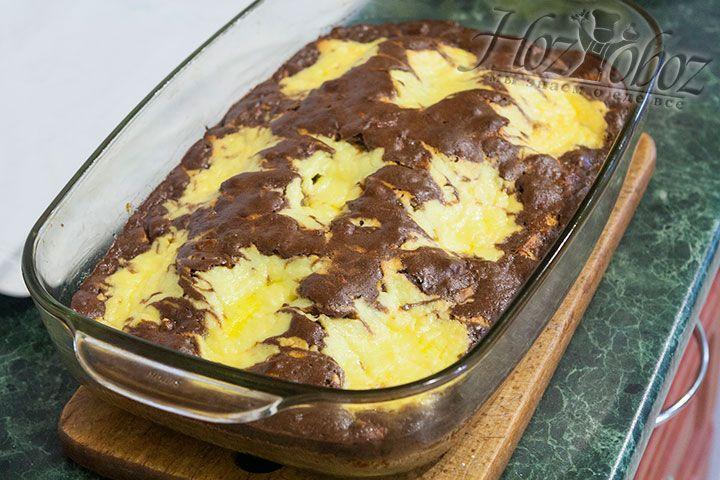 Выпекаем пирог в духовке разогретой до 180 градусов примерно 40 минут. Готовность выпечки определяем как всегда с помощью спички. Если спичка при прокалывании десерта остается сухой, пирог готов