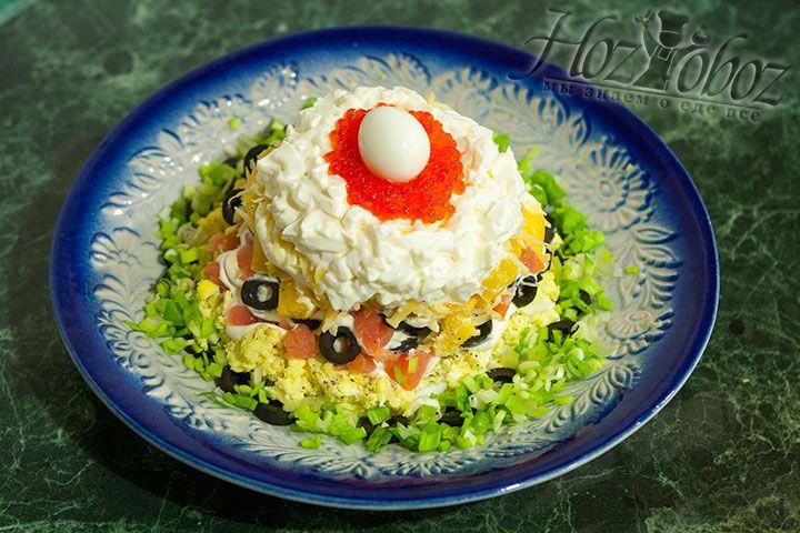 Украшаем салат нарезанным зеленым луком и помещаем блюдо в холодильник на пару часов