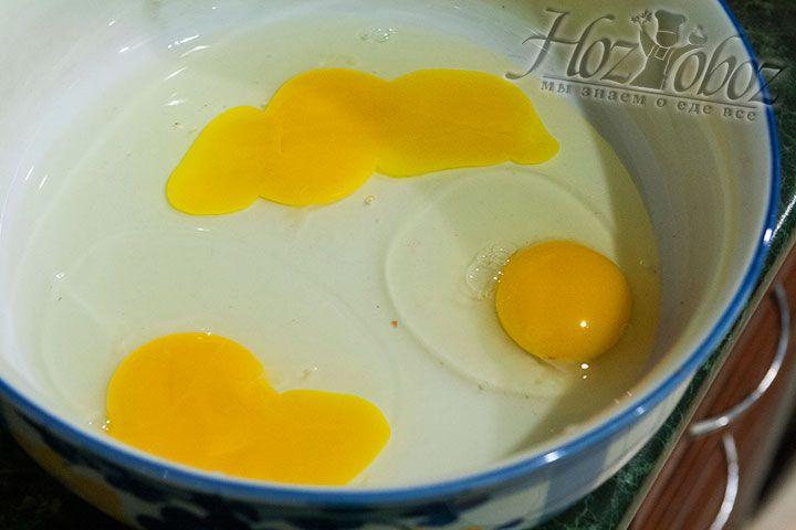 В отдельную посуду разбиваем куриные яйца