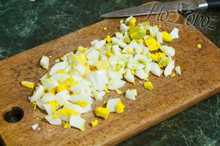 Варенные яйца нарезаем кубиками
