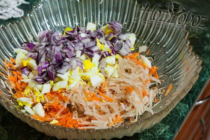 В салатнике соединяем лук и овощи