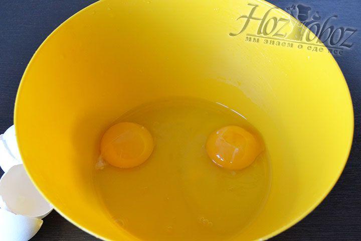 Яйца разогретые в теплой воде помещаем в миску
