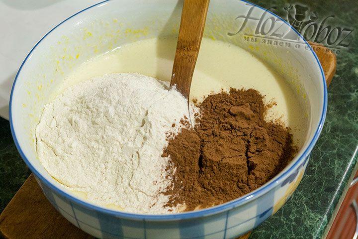 Теперь в миску с жидким тестом просеиваем муку и какао порошок