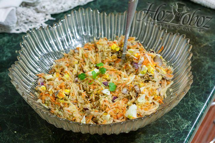 Для большего аромата салат из топинамбура можно притрусить свежей зеленью
