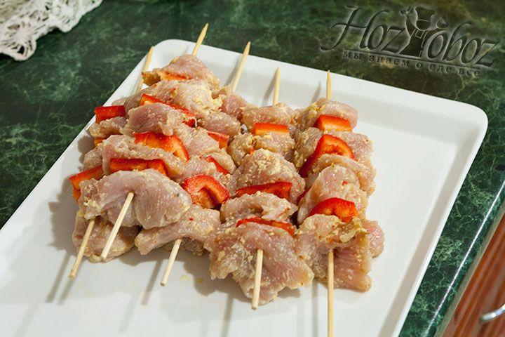 На деревянные шпажки нанизываем по очереди мясо и кусочки перца
