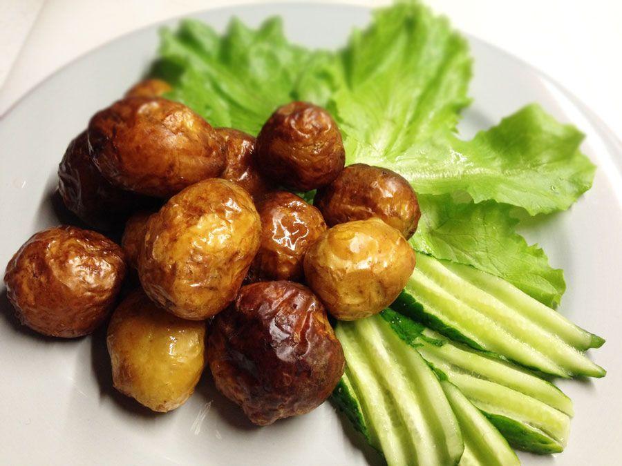 Клубни молодого картофеля вымываем щеткой, но полностью не очищаем от кожуры