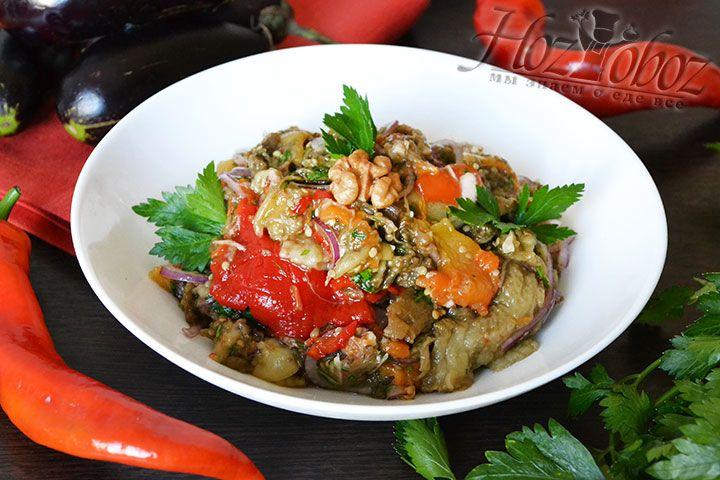 Для сервировки лучше использовать пиалки. Перед подачей салат непременно нужно посыпать свежей и ароматной рубленной зеленью, а если любите еще и майонезом. К столу!