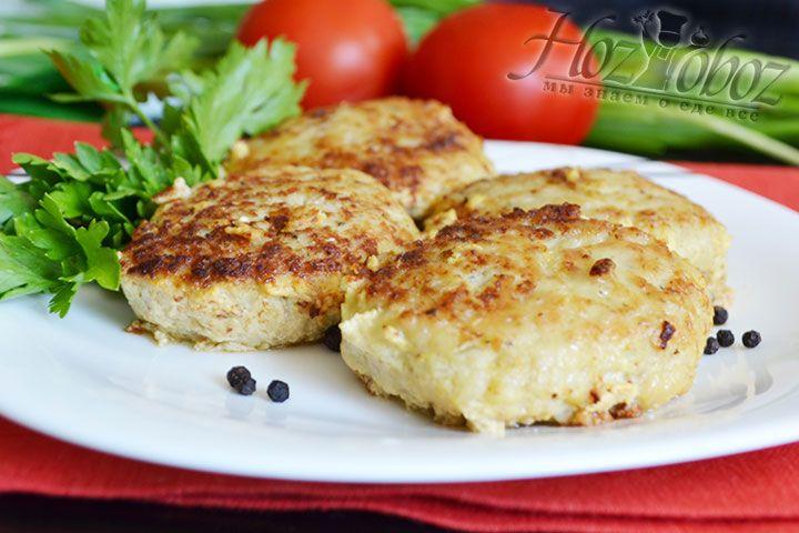 Еще горячие рыбные котлеты перекладываем на блюдо и подаем со свежей зеленью и любимым гарниром