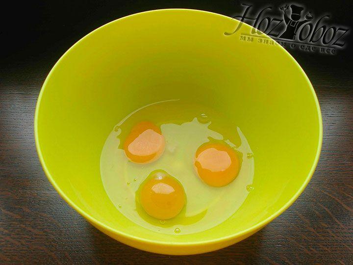 Готовим миску для теста и помещаем в нее яйца