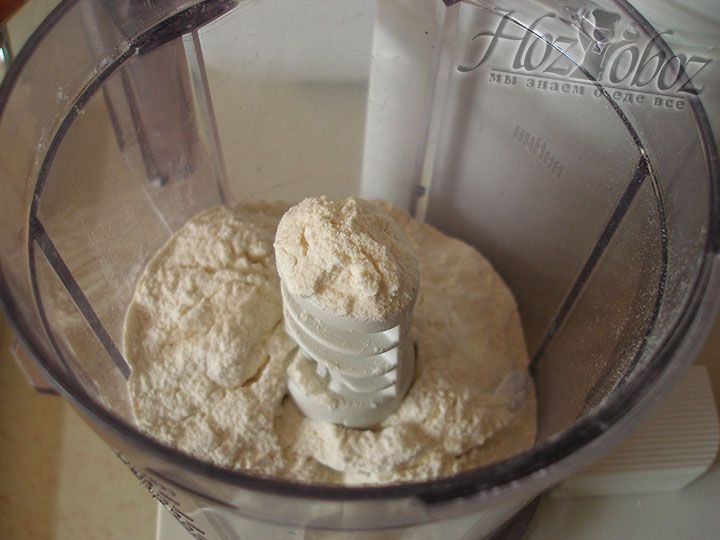В нашем рецепте присутствует сразу несколько рецептов теста. Для первого необходимо поместить в миску или емкость блендера 2/3 стакана пшеничной муки