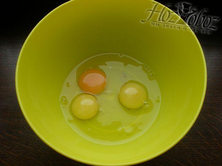В миску разбиваем яйца комнатной температуры