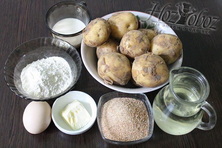 Подготовим все необходимые продукты, в том числе и старый картофель, который хорошо разваривается
