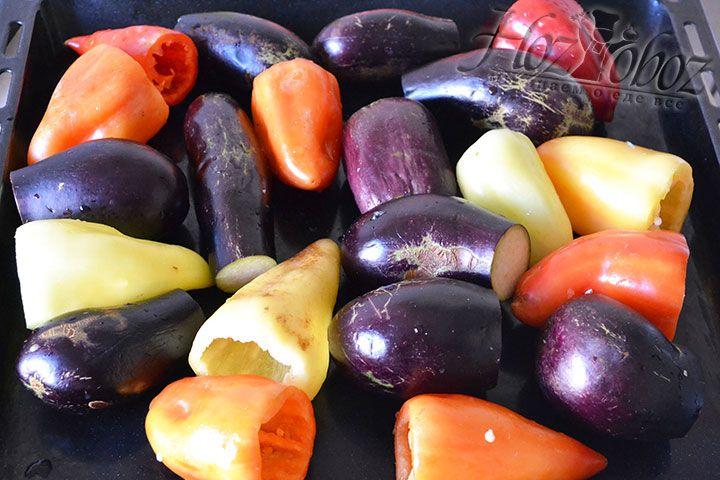 Все овощи, которые мы будем печь, следует вымыть и вытереть насухо. Это касается баклажанов и болгарского перца, кстати последний также нужно очистить от косточек
