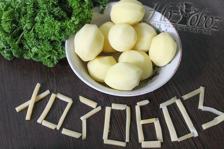 Картошку чистим от кожуры, помоем и нарежем кусками для варки
