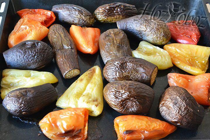 Запекать овощи необходимо при температуре 220 градусов. Первые 15 минут противень следует накрывать фольгой, а затем снять ее и продолжать готовить еще столько же в открытом виде