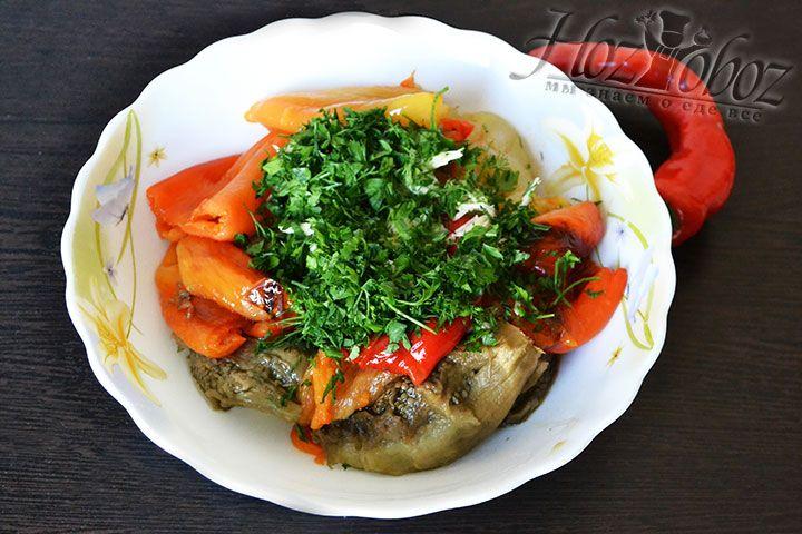 Смешиваем зелень и чеснок с печеными овощами